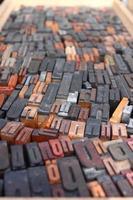 diverse lettere di legno foto