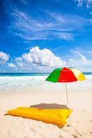 parasole e materasso ad aria 2 foto