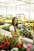giovane donna in giardino fiorito foto
