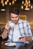 giovane che ha tazza di caffè foto