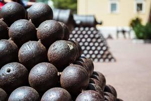 primo piano palle di cannone foto