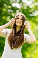 giovane donna concentrandosi sulla sua musica