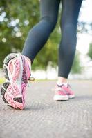 vicino foto di scarpe da corsa rosa
