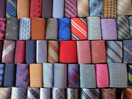 stretta di cravatte arrotolate.