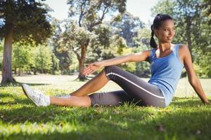 donna adatta che si siede nel parco foto