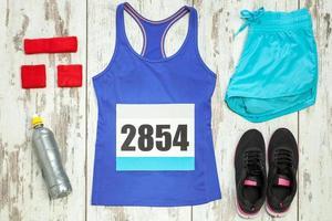 gruppo di abbigliamento sportivo e attrezzature foto