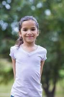 bambina che sorride alla macchina fotografica foto
