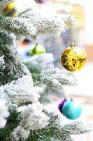 decorazioni natalizie su abete