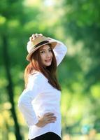 Ritratto all'aperto di autunno di bella giovane donna - gente asiatica foto