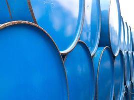 chiudere barili di petrolio foto