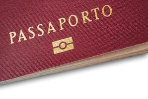 primo piano del passaporto italiano foto