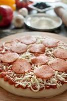 preparazione della pizza fresca foto