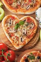 pizza ai funghi a forma di cuore foto