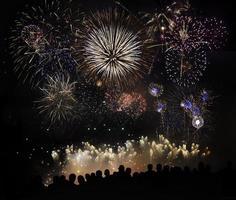 persone che guardano bellissimi fuochi d'artificio foto