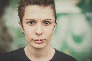 giovane donna alla moda stile di capelli lesbica foto