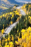 Vista superiore di autunno della montagna della strada, a Wolf Creek, Colorado foto