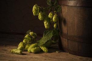 natura morta con un barilotto di birra foto