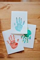 cartoline di Natale handprints con albero, cervi e pupazzo di neve foto