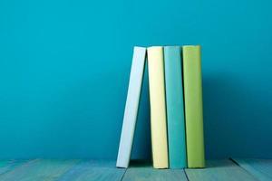 fila di libri, sfondo blu sgangherata, spazio di copia gratuita