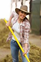 giovane donna che lavora in stalla foto