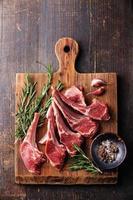 costine di carne di agnello fresche crude foto