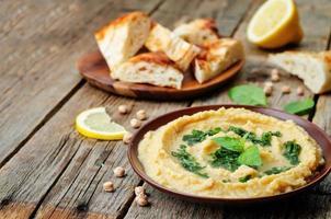 hummus al limone con salsa di basilico