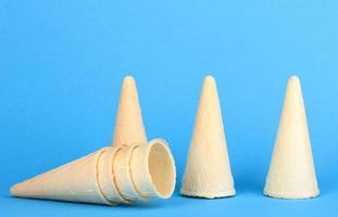 coni di cialda per gelato su sfondo blu foto