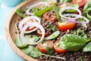 insalata di lenticchie con pomodorini, cipolla rossa e spinaci novelli. foto