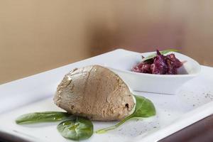 patè su piastra con marmellata di prugne
