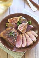 petto di anatra arrosto con fichi in salsa di vino foto