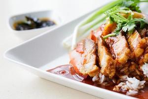 anatra e maiale croccante sul riso con salsa dolce