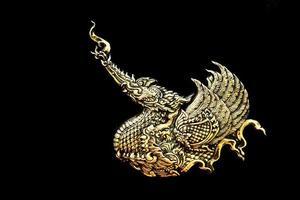 tono giallo della scultura d'argento della parete di stile tailandese foto