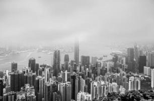 vista dell'isola di Hong Kong dal picco nel giorno nebbioso foto