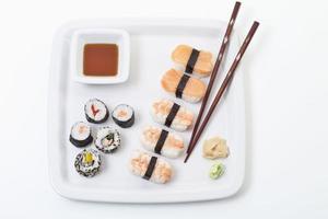 maki sushi nel piatto, vista in elevazione foto
