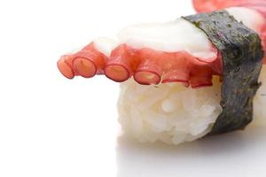 Nigiri sushi di polpo isolato su priorità bassa bianca