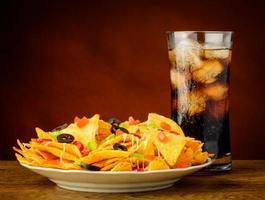 nachos e bevanda alla cola foto