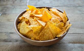 nachos al formaggio nella ciotola foto