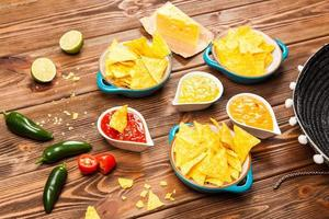 piatto di nachos con diverse immersioni foto