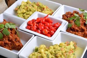 cibo messicano: peperoncino, guacamole, tortillas e nachos foto