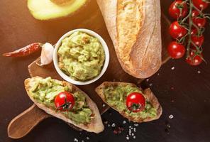 guacamole con pane e avocado foto