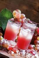 fresco succo d'uva rosa con ghiaccio foto