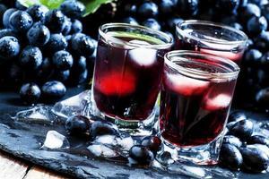 freddo succo d'uva scuro con ghiaccio foto