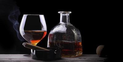 vetro di cognac avvolto in un fumo