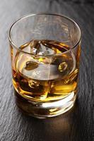 bicchiere di whisky scozzese con ghiaccio foto
