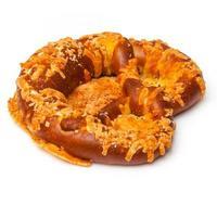 pretzel ricoperto di formaggio foto