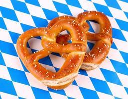 due pretzel a forma di cuore su sfondo bianco blu foto