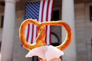pretzel con bandiera americana foto