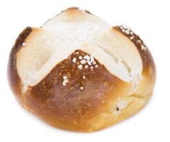 rotolo pretzel con sale (sopra bianco) foto