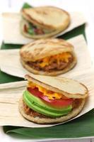 arepas, sandwich venezuelano di pane di mais colombiano foto