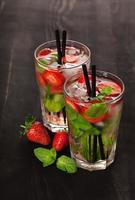 bevanda cocktail estivo mojito alla fragola foto